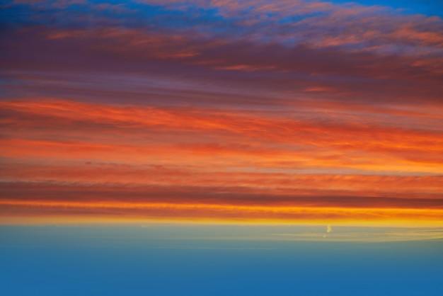 Coucher de soleil ciel orange et bleu Photo Premium