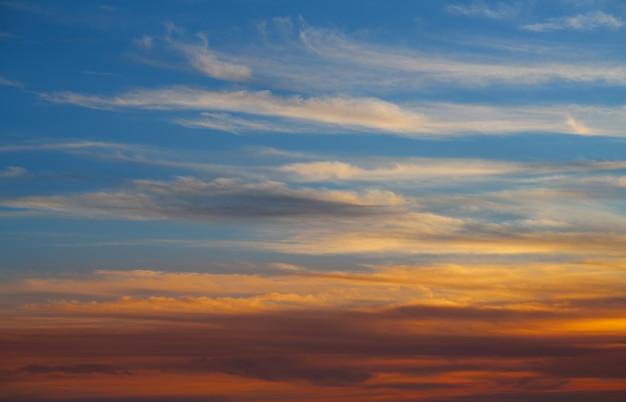 Coucher de soleil ciel orange nuages sur bleu Photo Premium