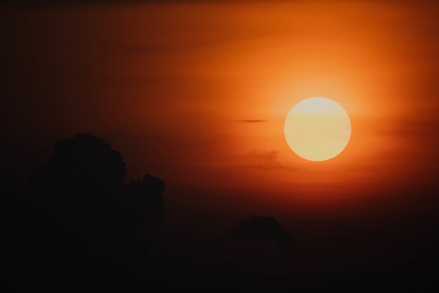 Coucher de soleil avec ciel rouge Photo gratuit