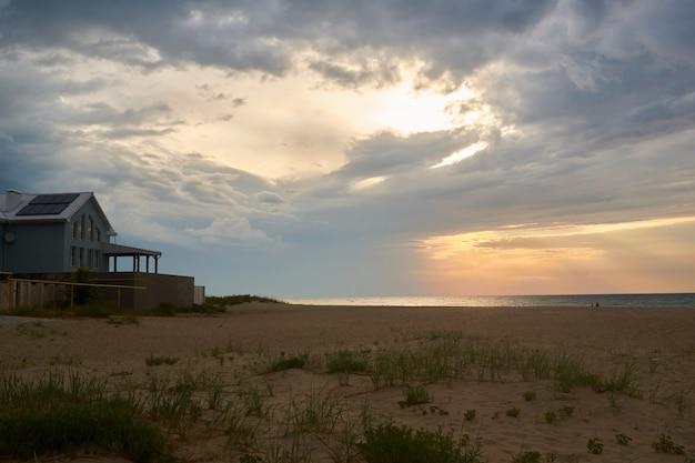 Coucher de soleil et coucher de soleil sur la plage. ciel dramatique avec nuages Photo Premium