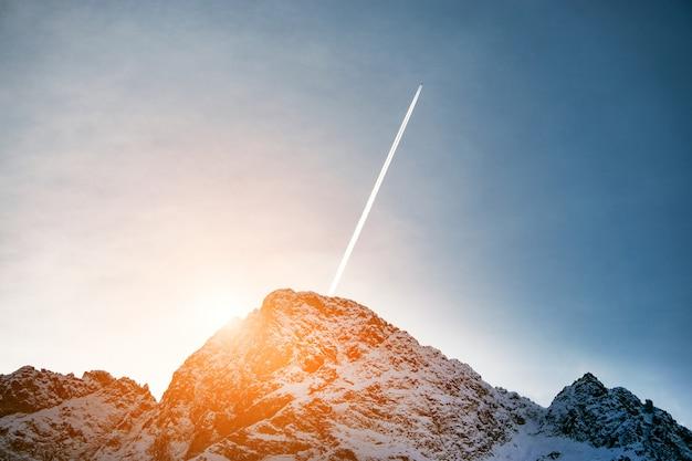 Coucher De Soleil Dans Les Montagnes. Beaux Sommets De Montagnes Enneigées Photo Premium