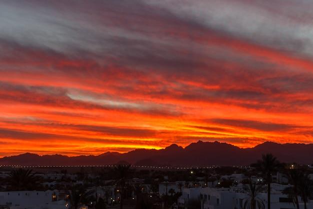 Coucher de soleil dans les montagnes Photo Premium