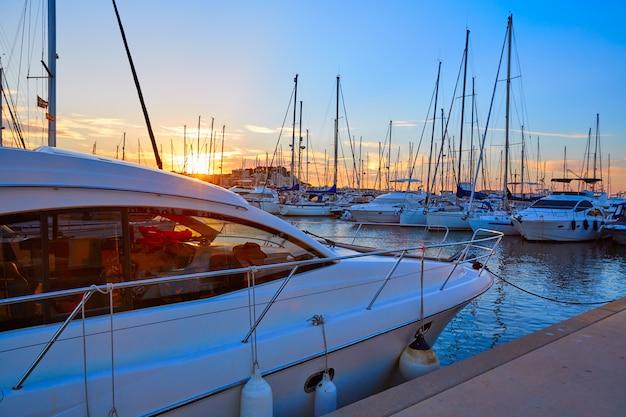 Coucher de soleil à denia sur des bateaux de plaisance en méditerranée Photo Premium