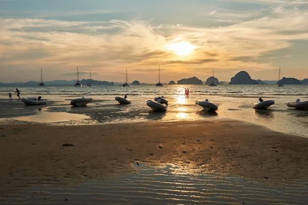 Coucher de soleil depuis la plage de tubkaak, krabi, thaïlande. Photo Premium