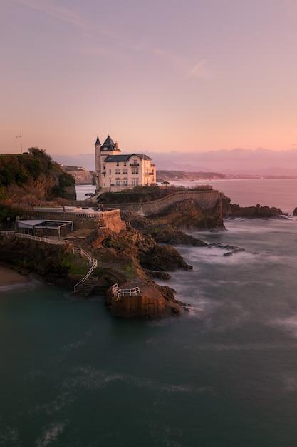 Coucher de soleil depuis la ville de biarritz au pays basque. Photo Premium