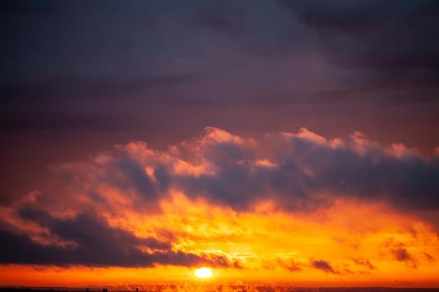 Coucher de soleil dramatique avec ciel de couleur crépusculaire et nuages. Photo Premium