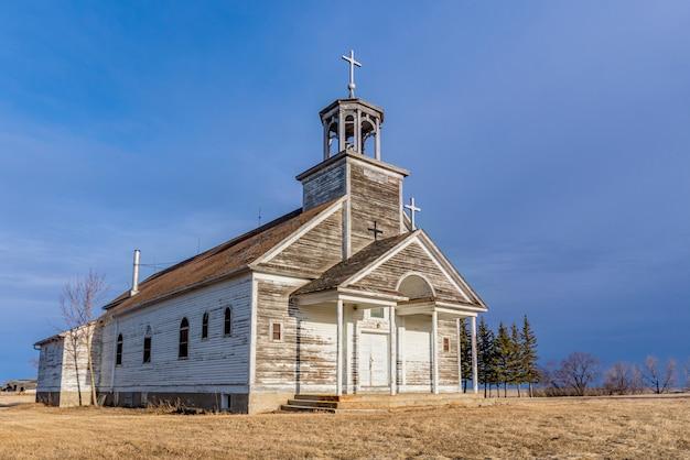 Coucher De Soleil Sur L'église Catholique Saint-joseph à Courval, Saskatchewan, Canada Photo Premium