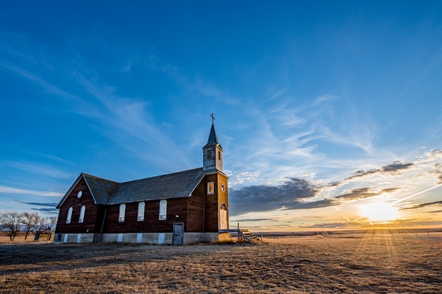 Coucher De Soleil Sur L'église Catholique St. Joseph Parish à Frenchville, Saskatchewan Photo Premium