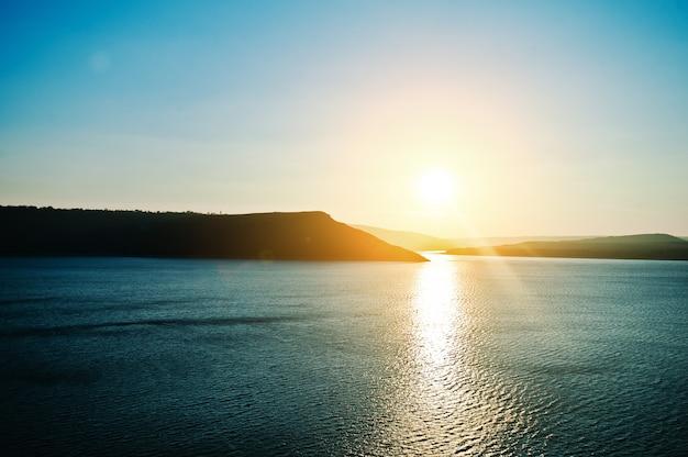 Coucher de soleil extraordinaire montagnes et rivière Photo Premium