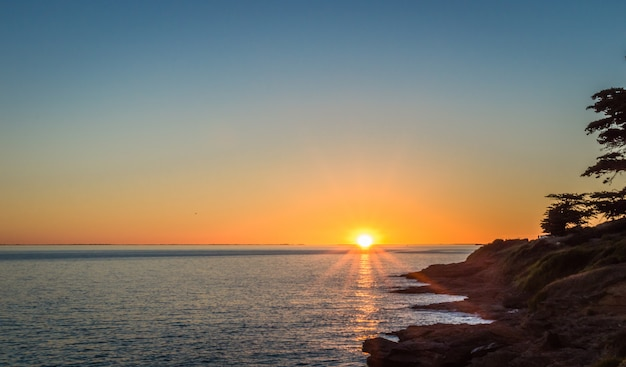 Coucher De Soleil Sur Fond De L'océan Atlantique Photo Premium