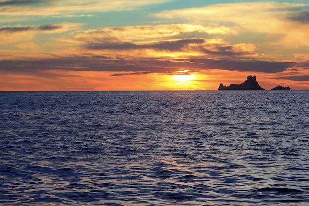 Coucher de soleil à ibiza es vedra de formentera baléares Photo Premium