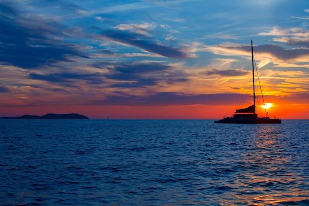 Coucher de soleil à ibiza san antonio abad de portmany Photo Premium