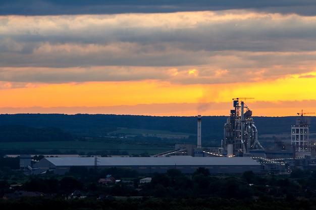 Coucher De Soleil Jaune Sur Paysage Industriel Avec Des Cheminées D'usine Et Des Tuyaux De Fumée Polluant L'atmosphère. Photo Premium