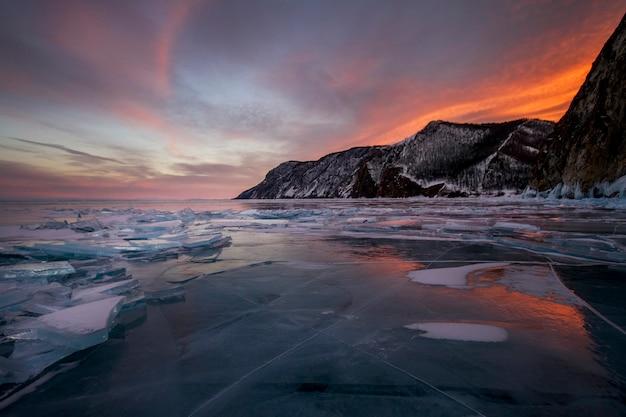 Coucher de soleil sur le lac baïkal, tout est recouvert de neige Photo Premium