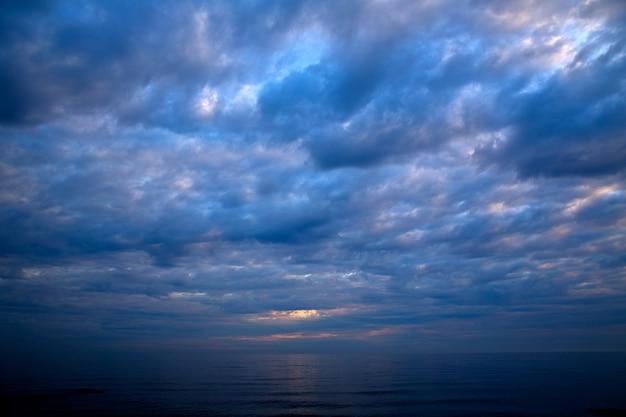 Coucher de soleil lever du soleil sur la mer méditerranée Photo Premium