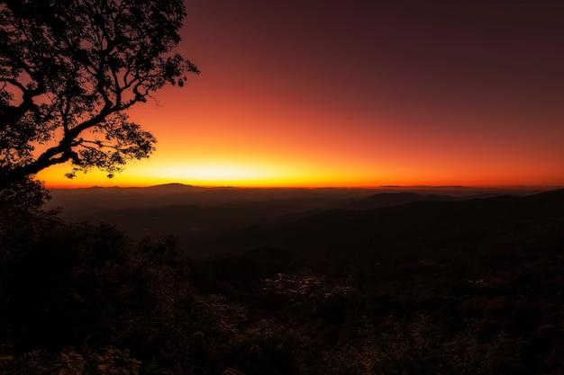 Coucher de soleil majestueux sur les montagnes Photo Premium