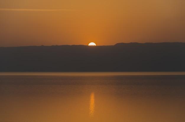 Coucher de soleil sur la mer morte du côté jordanien. Photo Premium