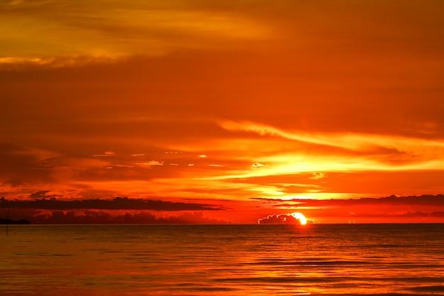 Coucher de soleil sur la mer et l'océan dernier nuage de silhouette ciel rouge clair Photo Premium