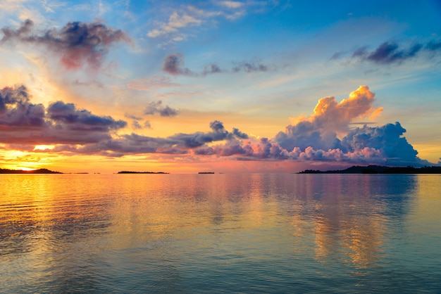 Coucher De Soleil Sur La Mer, Plage De Désert Tropical Photo Premium