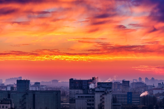 Coucher de soleil orange paysage urbain. Photo Premium