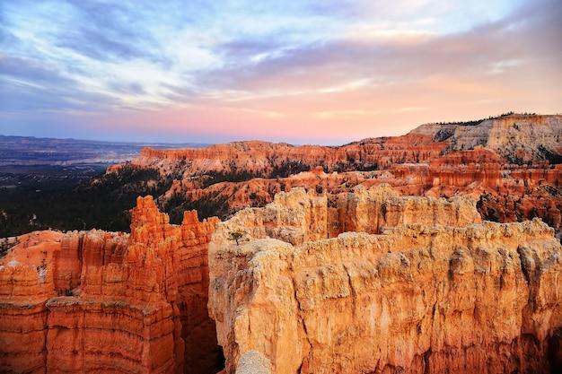 Coucher de soleil sur le parc national de bryce canyon dans l'utah, états-unis Photo Premium