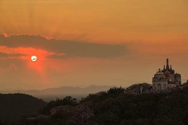 Coucher de soleil à phra nakhon khiri, province de phetchaburi, asie thaïlande Photo Premium