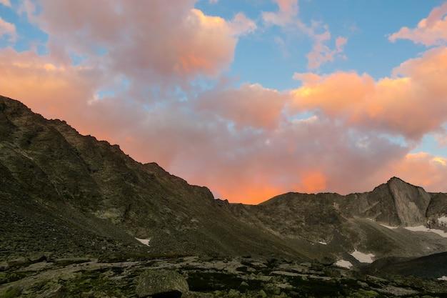 Coucher de soleil pittoresque au-dessus de la crête des montagnes dans la vallée d'akchan. montagnes de l'altaï. russie Photo Premium