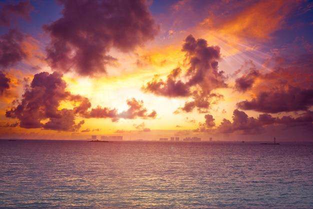 Coucher de soleil sur la plage des caraïbes Photo Premium