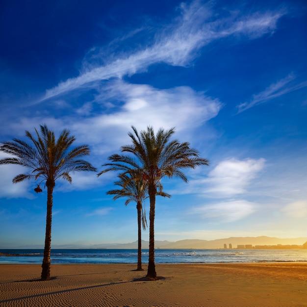 Coucher de soleil sur la plage cullera playa los olivos à valence Photo Premium