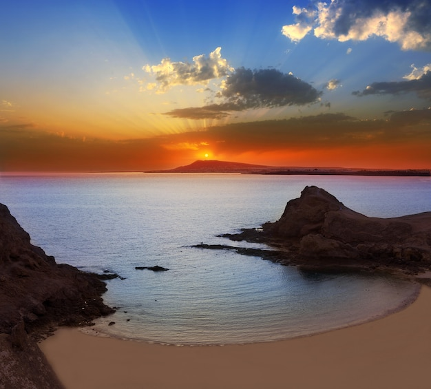 Coucher de soleil sur la plage lanzarote playa papagayo Photo Premium