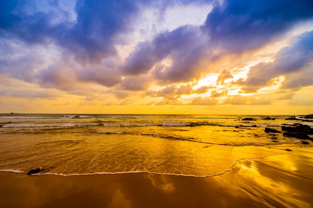 Coucher de soleil sur la plage Photo gratuit