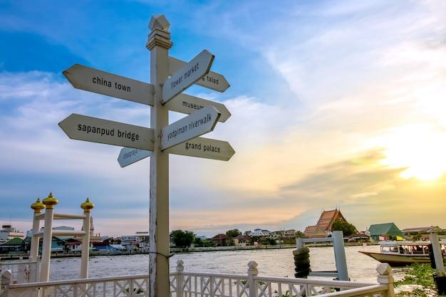 Coucher de soleil sur le poteau et le ciel à la promenade de la rivière yodpiman à bangkok, en thaïlande Photo Premium