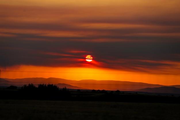 Coucher De Soleil Rouge Entre Les Montagnes Photo Premium