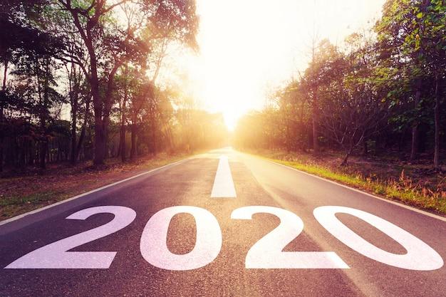 Coucher de soleil route asphaltée vide et nouvel an 2020. Photo Premium