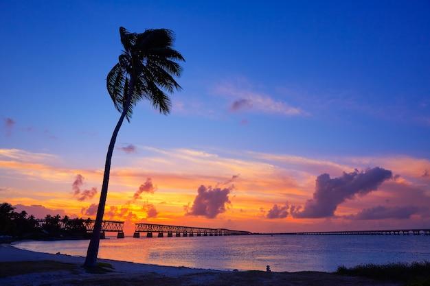 Coucher de soleil sur le vieux pont des keys à bahia honda Photo Premium