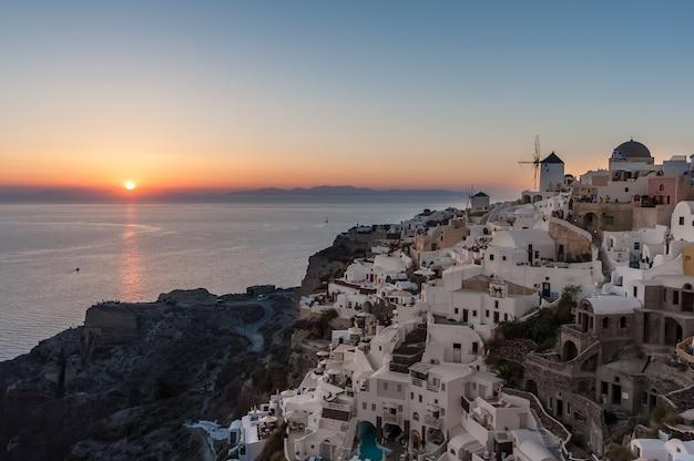 Coucher de soleil sur le village d'oia à santorin Photo Premium