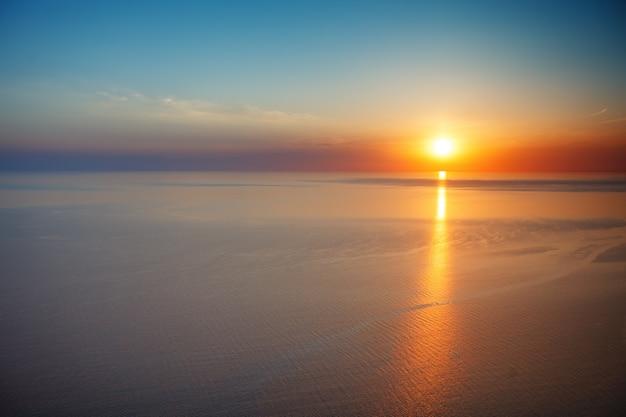 Coucher de soleil vue de la montagne. tourisme, voyage, fond de la mer. Photo Premium