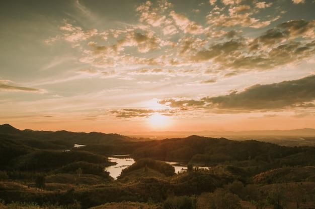 Coucher de soleil à la vue le soir sur la montagne Photo Premium