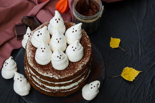 Couches au chocolat avec crème au chocolat blanc et fantômes de meringue sur le dessus Photo Premium
