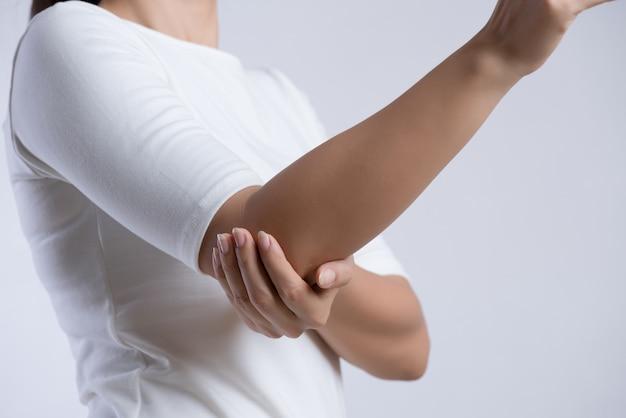 Le coude de la femme. douleur au bras et blessure. concept de soins de santé et médical. Photo Premium