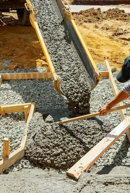 Coulée du ciment pour la chaussée posée de la maison à la route Photo Premium