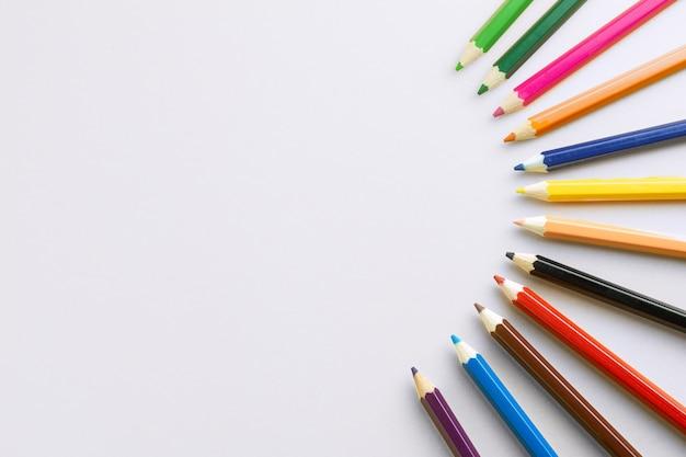 Couleur de crayons sur fond de papier blanc. Photo Premium