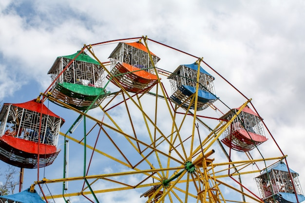 La Couleur De La Grande Roue Au Parc D'attractions Photo Premium