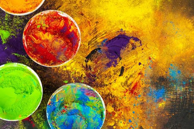 Couleurs du festival holi indien dans des bols noirs Photo Premium