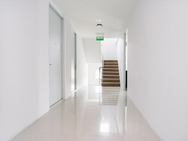 Couloir Blanc De La Décoration De Bâtiment Moderne En Blanc Photo Premium