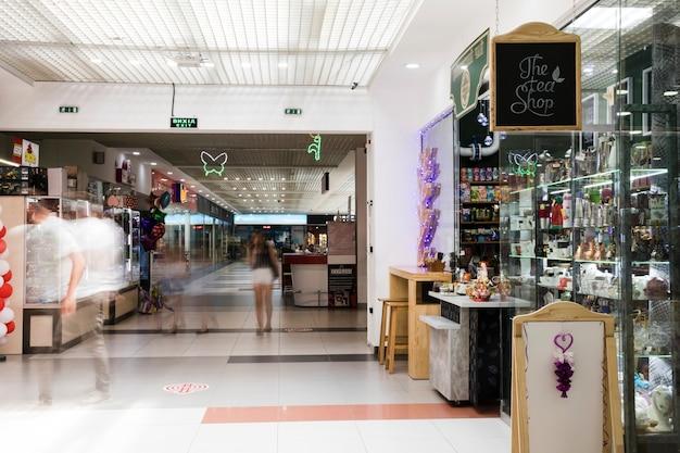 Couloir intérieur du centre commercial Photo gratuit