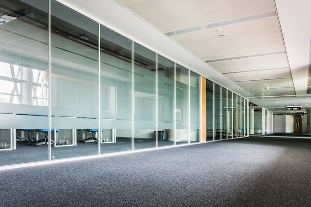 Couloir de verre dans le centre de bureau Photo Premium