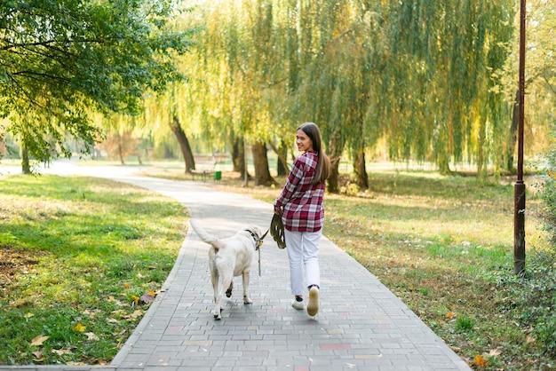Coup Complet Femme Avec Meilleur Ami Dans Le Parc Photo gratuit