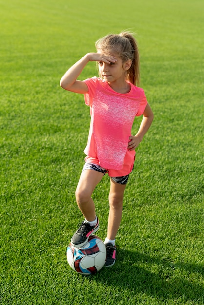 Coup complet de fille avec t-shirt rose et ballon Photo gratuit