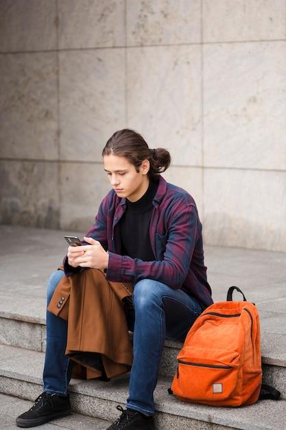 Coup complet jeune touriste vérifiant son téléphone Photo gratuit